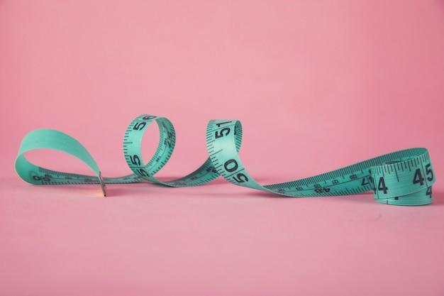 Grüne meter auf dem rosa tisch
