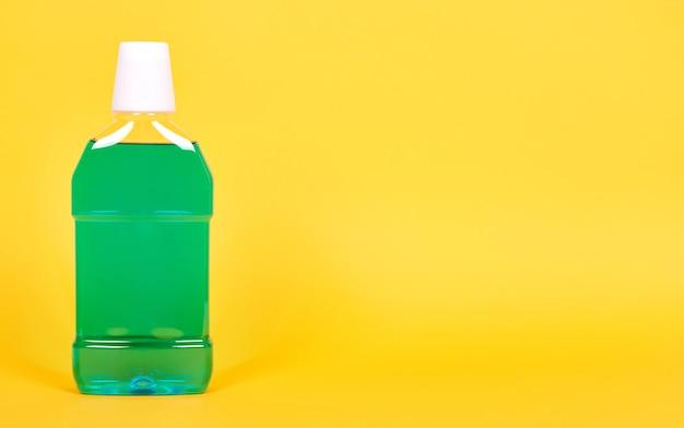 Grüne mundwasserflasche, zahngesundheitspflege. isoliert