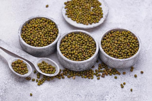 Grüne mungobohnen, gesunde hülsenfrüchte in der schüssel
