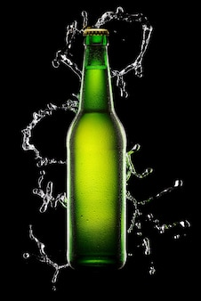 Grüne nasse flasche bier auf schwarz mit wasserspritzer