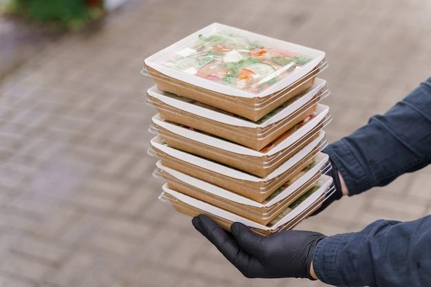 Grüne natursalate in öko-bio-boxen. biologisch abbaubares einweggeschirr.