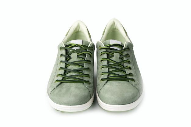 Grüne nubukleder-turnschuhe der männer isoliert