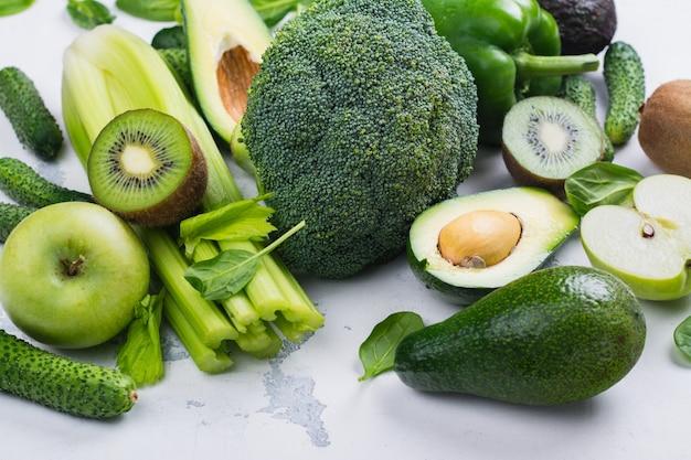 Grüne obst und gemüse auf weißem hintergrund