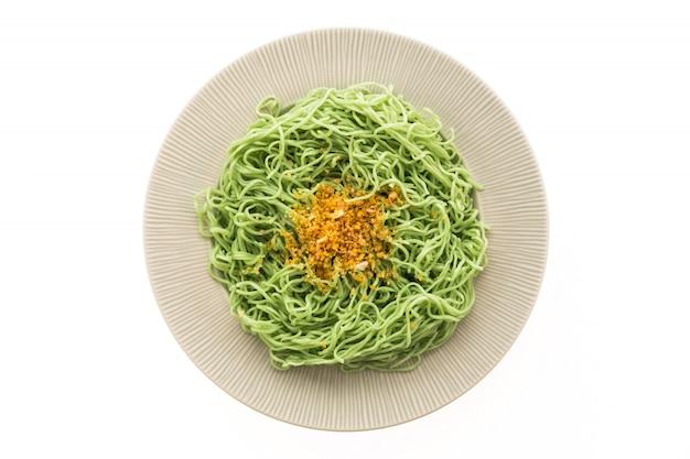 Grüne oder jadennudeln in weißer platte