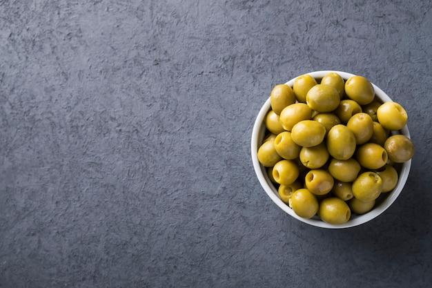 Grüne oliven. ansicht von oben.