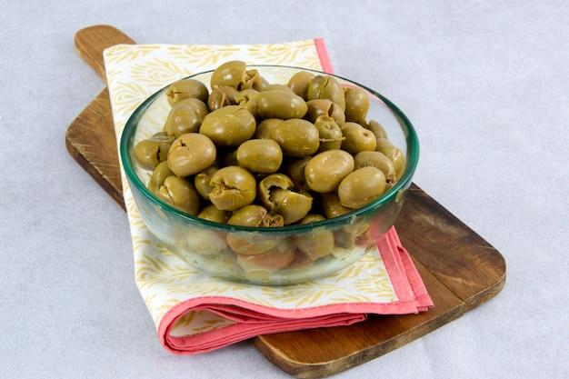 Grüne oliven in einer schüssel serviert
