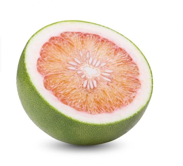 Grüne pampelmuse zitrusfrucht auf weißer wand.