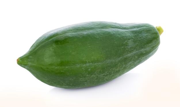 Grüne papaya isoliert auf einer weißen oberfläche