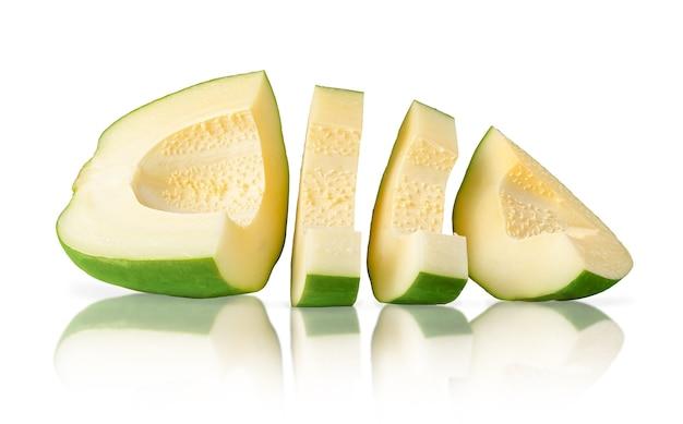 Grüne papaya isoliert mit beschneidungspfad auf weiß