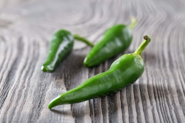 Grüne paprika auf einem holztisch