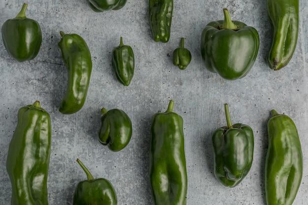 Grüne paprika auf grauem grund