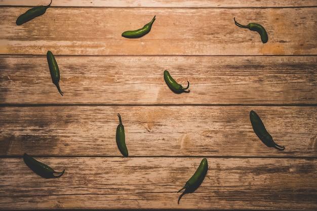 Grüne paprika auf holz hintergrund