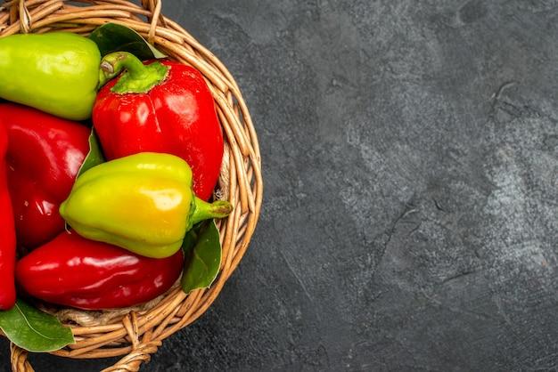 Grüne paprika der halben draufsicht in einem korb