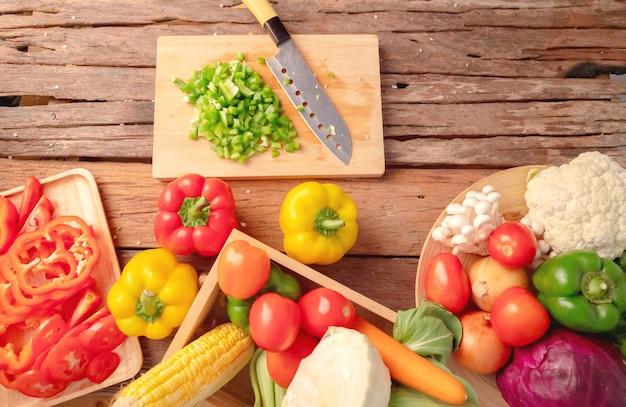 Grüne paprika klein geschnitten auf dem schneidebrett