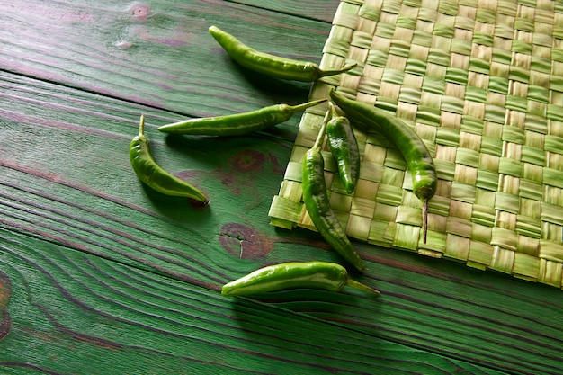 Grüne paprikapfeffer in der einfarbigen rustikalen tabelle