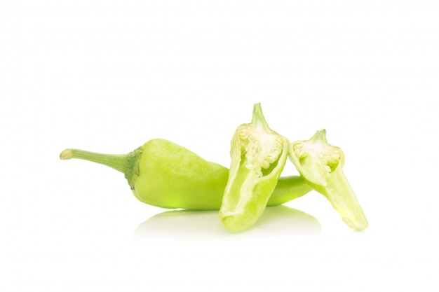 Grüne paprikapfeffer lokalisiert auf weißem hintergrund