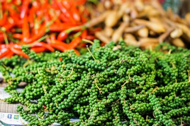 Grüne paprikas frisch, rote paprikas und boesenbergia pandurata oder krachai von thai.