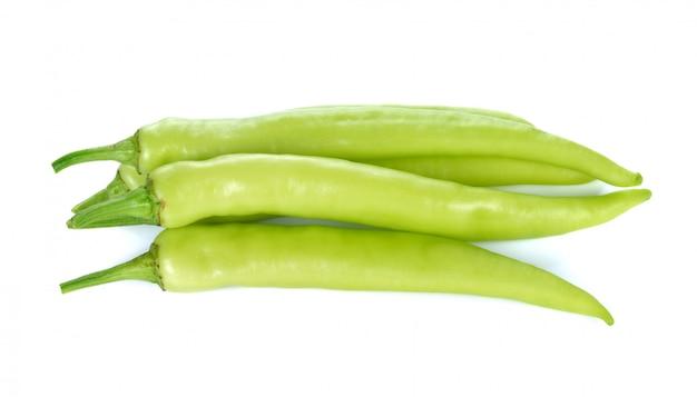 Grüne paprikas lokalisiert auf weiß