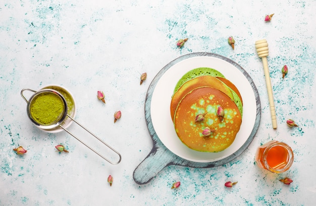 Grüne pfannkuchen mit matcha-pulver mit roter marmelade, draufsicht