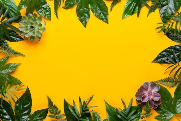 Grüne pflanzenblätter auf dem gelben retro-weinlesestil.