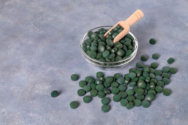 Grüne pillen von spirulina oder chlorella