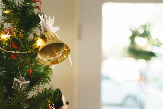 Grüne plastikblattzweigdekoration für weihnachts- und neujahrsereignis