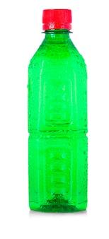 Grüne plastikflasche lokalisiert auf weißem hintergrund.