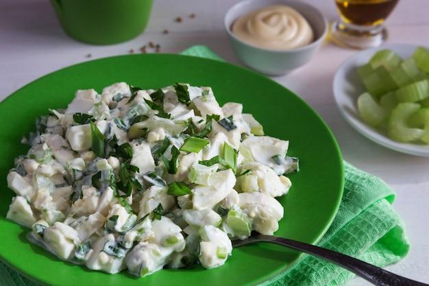Grüne platte des selleriesalats mit dem kleiden