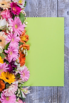 Grüne postkarte mit buntem blumenstrauß