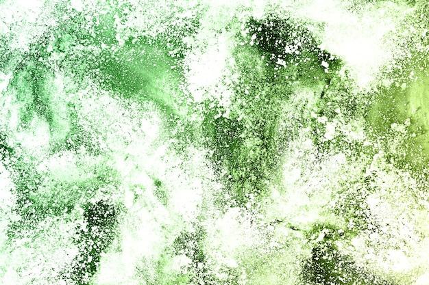 Grüne pulverexplosion auf weißem hintergrund