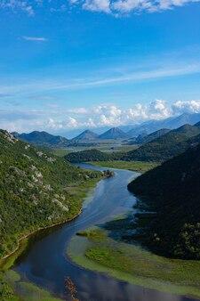 Grüne pyramide, ein berg am crnojevich river oder black river, nahe dem ufer des skadar-sees. montenegro