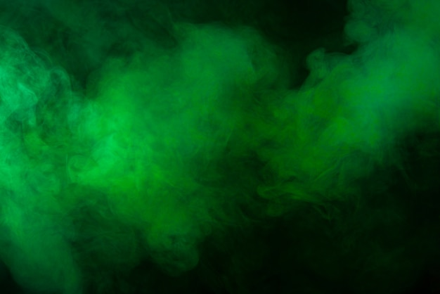 Grüne rauchbeschaffenheit auf schwarzem hintergrund