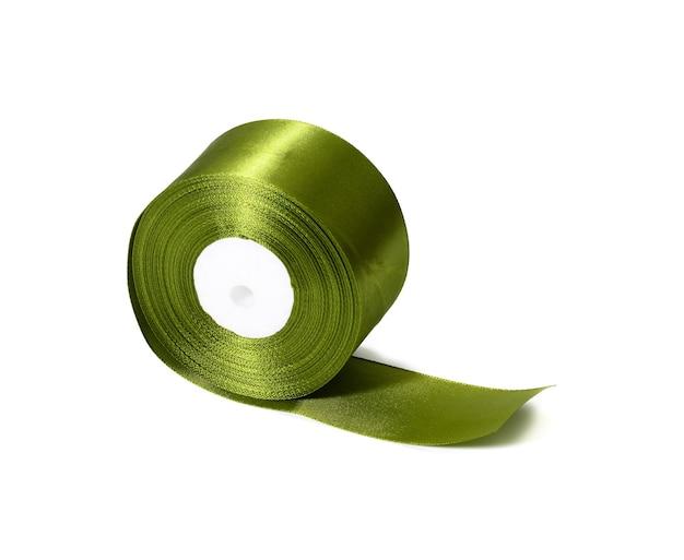 Grüne rolle des grünen seidenbandes, verpackungsdekor, weißer lokalisierter hintergrund