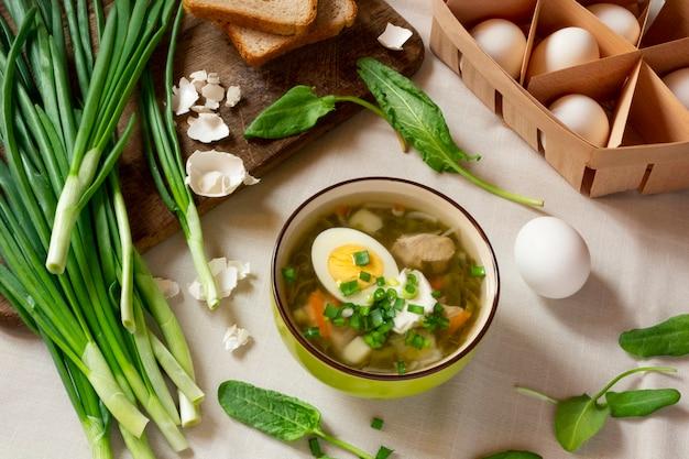 Grüne sauerampfer-suppe mit ei und sauerrahm