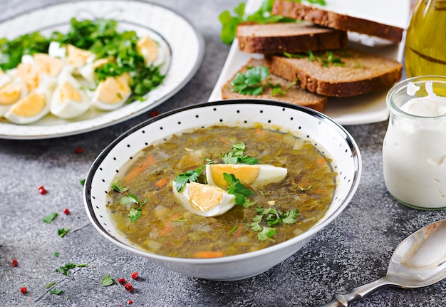 Grüne sauerampfersuppe mit eiern. sommermenü. gesundes essen.