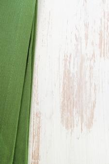 Grüne serviette auf weißem hölzernem
