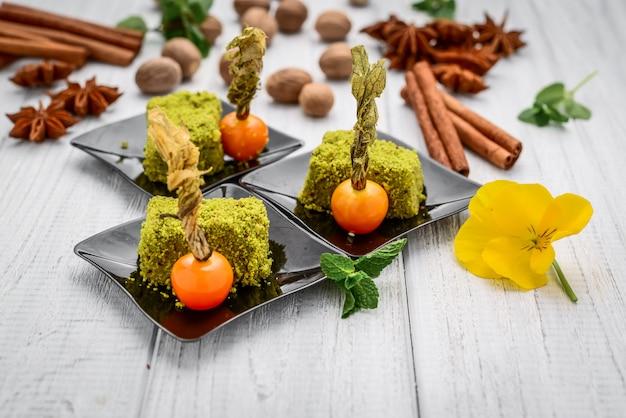 Grüne sizilianische pistazienkuchenscheibe mit vanille