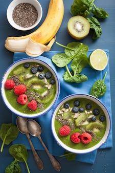 Grüne smoothie-schüssel spinat-kiwi-heidelbeer-limetten-banane mit chiasamen