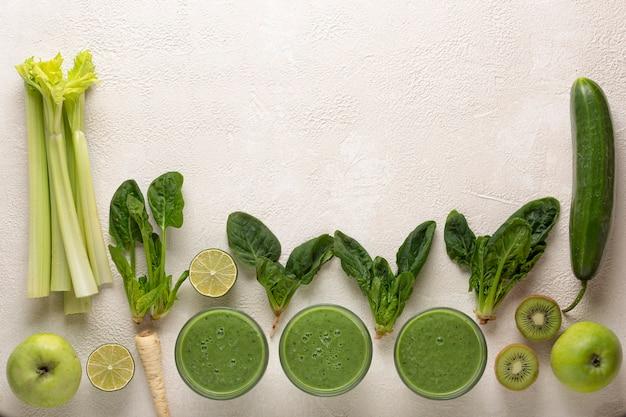 Grüne smoothie-zutaten und gläser