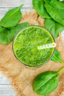 Grüne smoothies mit gemüse und früchten. detox day. abnehmen und ausscheiden von schlacke. gesundes essen. selektiver fokus
