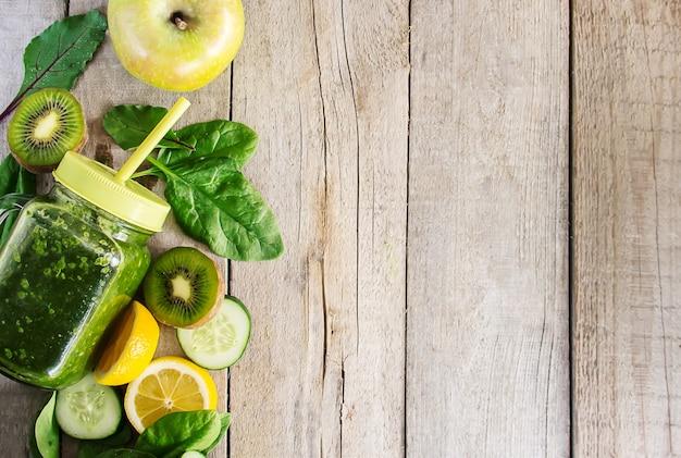 Grüne smoothies mit gemüse und früchten. detox day.