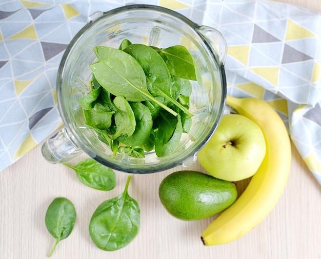 Grüne spinat smoothies mit früchten