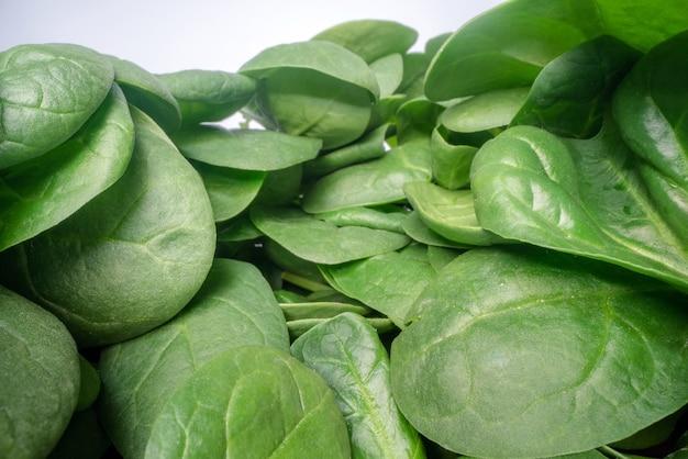 Grüne spinatblätter übereinander gestapelt.
