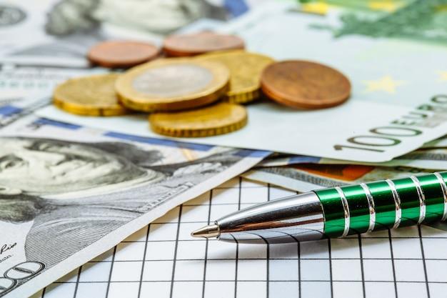Grüne stiftlüge auf karierter oberfläche auf von banknoten