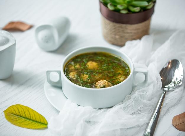 Grüne suppe mit fleischbällchen