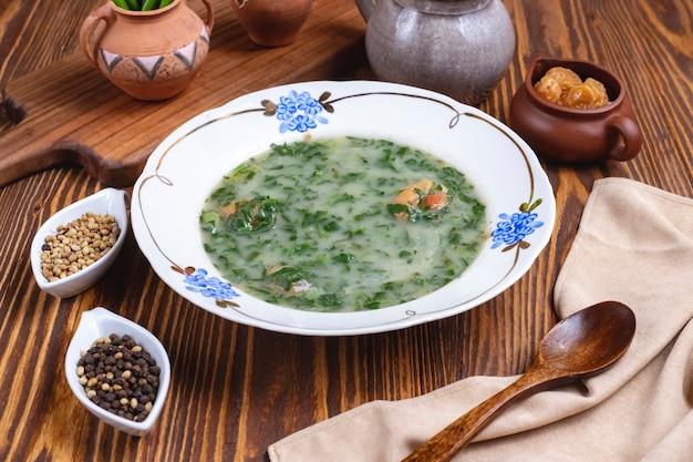 Grüne suppe spinat zwiebel gewürze seitenansicht