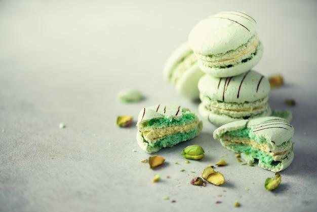 Grüne tadellose französische makronen mit pistazien.