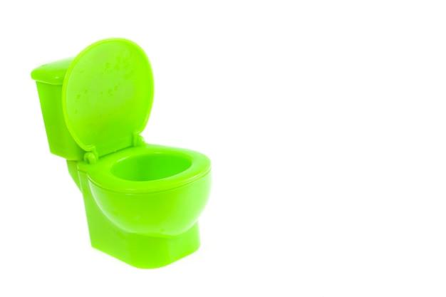 Grüne toilettenschüssel auf weißem hintergrund