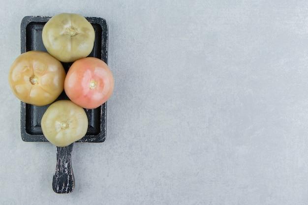 Grüne tomaten auf dem brett