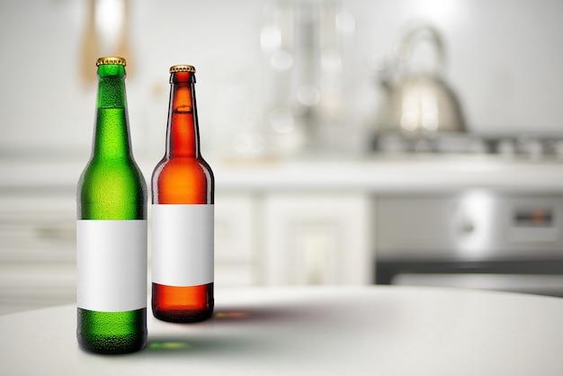 Grüne und braune bierflaschen mit langem hals und leerem etikettenmodell im kücheninneren